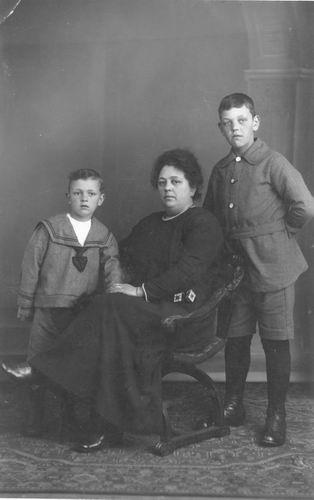 Geertzema-Captijn Lena 1868 1920 met Galtjo en Wim
