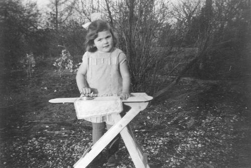 Geertzema Cornelia Adolphine 1927 19__ Meisje aan het Strijken 02
