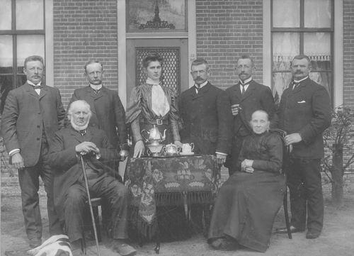 Geertzema Galtjo J J 1833 1901 Gezinsfoto voor Hillegondshoeve