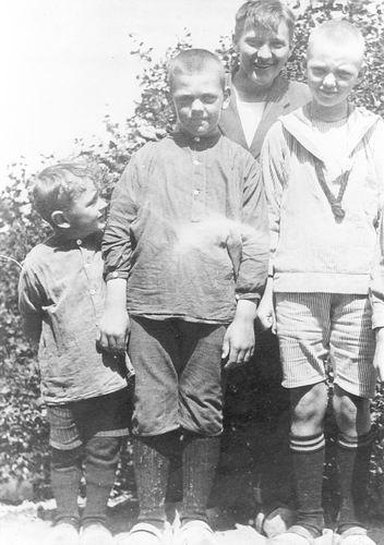 Geertzema Galtjo J J 1911 1920 met broertje ea