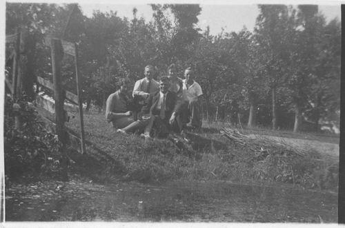 <b>ZOEKPLAATJE:</b>Geertzema Galtjo J J 1911 1936 met Onbekend bij Slootkant