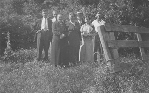 <b>ZOEKPLAATJE:</b>Geertzema Galtjo J J 1911 1936 met Onbekenden bij Weiland