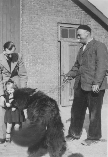 Geertzema Galtjo J J 1911 1955 met Hond op Erf
