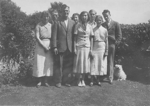 <b>ZOEKPLAATJE:</b>Geertzema Galtjo J J 1911 19__ met Onbekenden en Janny v Wijk