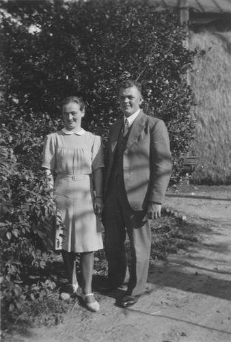 Geertzema Galtjo J J 1911 19__ met Vrouw op Erf 01