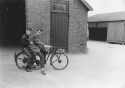 Geertzema Jan Wzn 1947 1962 op Brommer met Maarten Bongertman