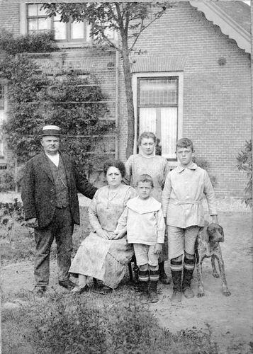Geertzema Jan Galtjo Nicolaas 1868 1920 met gezin voor de President