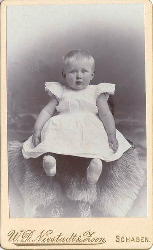 <b>ZOEKPLAATJE:</b>Geertzema Jo Onbekend 1901 190_ Baby bij Fotograaf