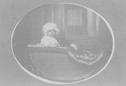 Geertsema Marijtje 1918 1919 Peuter in Wandelwagen