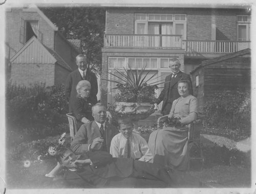 Geertzema Nicolaas Tonnis 1873 192- met fam aan Koedieflaan 01