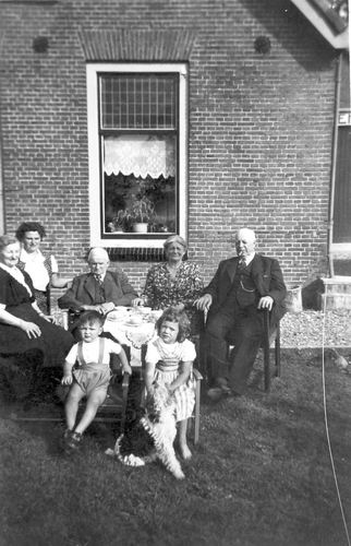 Geertzema Nicolaas Tonnis 1873 19__ met Familie in Tuin 01