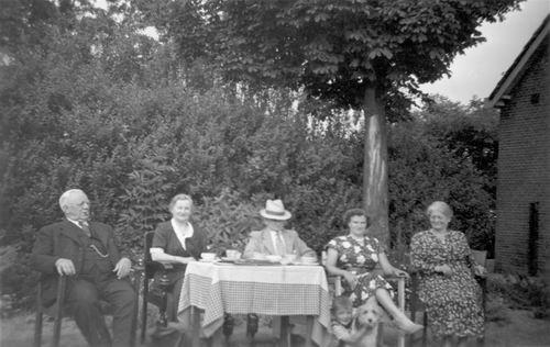 Geertzema Nicolaas Tonnis 1873 19__ met Familie in Tuin 02