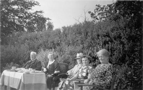 Geertzema Nicolaas Tonnis 1873 19__ met Familie in Tuin 03