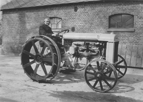 Geertzema Nicolaas Tonnis 1873 19__ op Tractor bij Hillegondshoeve