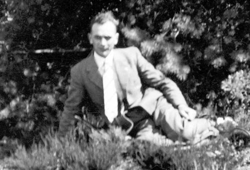 Geertzema Willebrordes 1917 19__ Poseert tussen de Bossies
