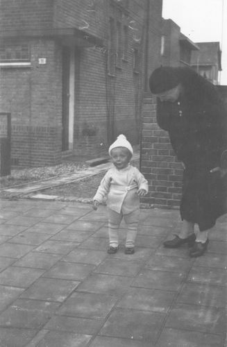 Geertzema Engelina 1935 met zoontje Dolf Wynia 01