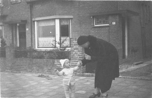 Geertzema Engelina 1935 met zoontje Dolf Wynia 02