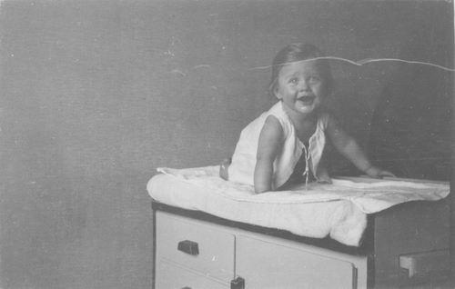 <b>ZOEKPLAATJE:</b>Geertzema_Onbekend_797_1937_Baby_op_Commode