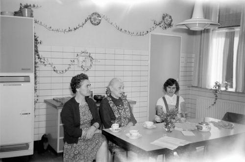 Geertzema-Smit Maartje 195- met Moeder in Keuken