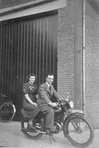 Geertzema Willebrordes 1917 19__ met vrouw Grie Bulk op Motor