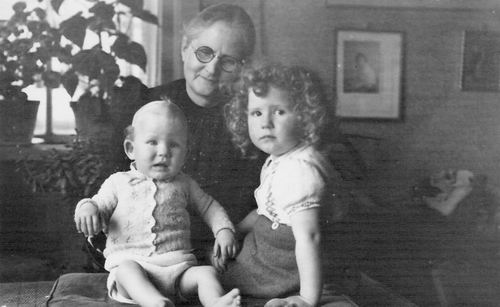 Gier Huibertje 1947 Oma met Jany en Bertie Kamp
