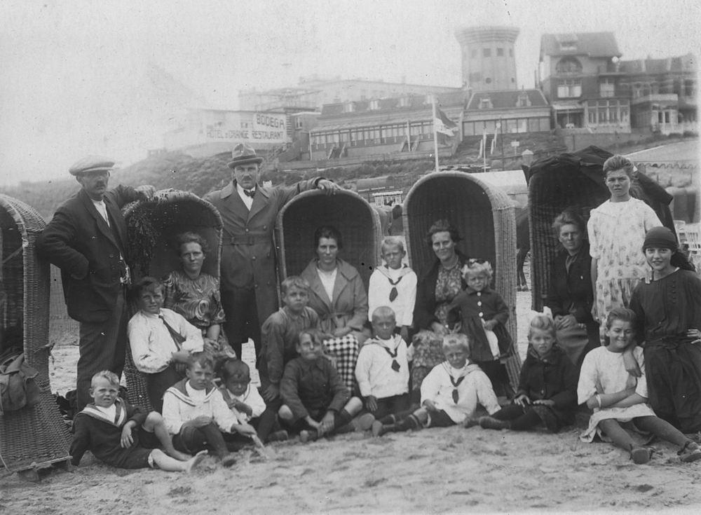 Groef Abraham vd 1882 19__ met familie op het Strand