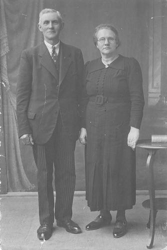 Groef Abraham vd 1882 19__ met vrouw naar Fotograaf
