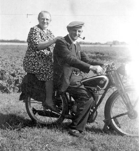 Groef Abraham vd 1882 19__ met vrouw op NSU Motor