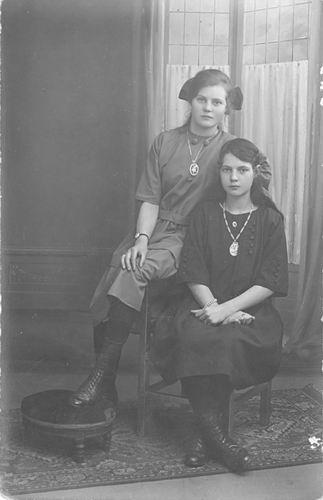 Groef Alida J vd 1907 1923 met Onbekend bij Fotograaf