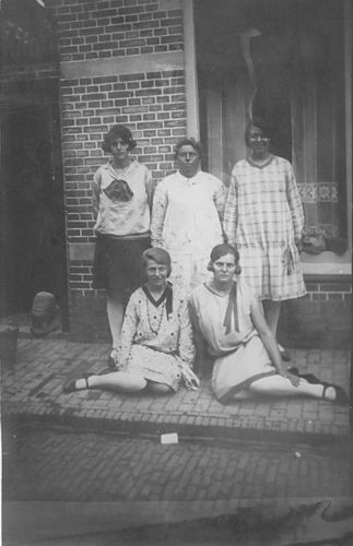 Groef Alida J vd 1907 19__ met Onbekende Vrouwen