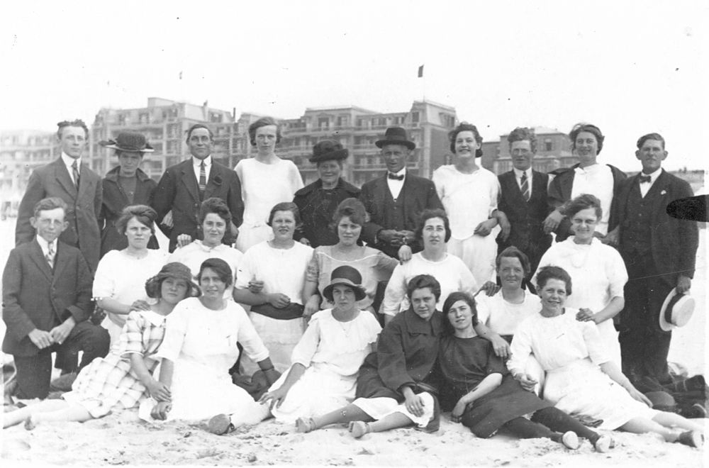 Groef Alida J vd 1907 19__ met Onbekenden op Strand