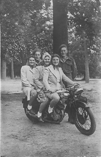 Groef Alida J vd 1907 19__ met zusters op Motor