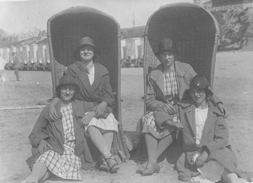 Groef Alida J vd 1907 19__ op Strand met Onbekenden 01