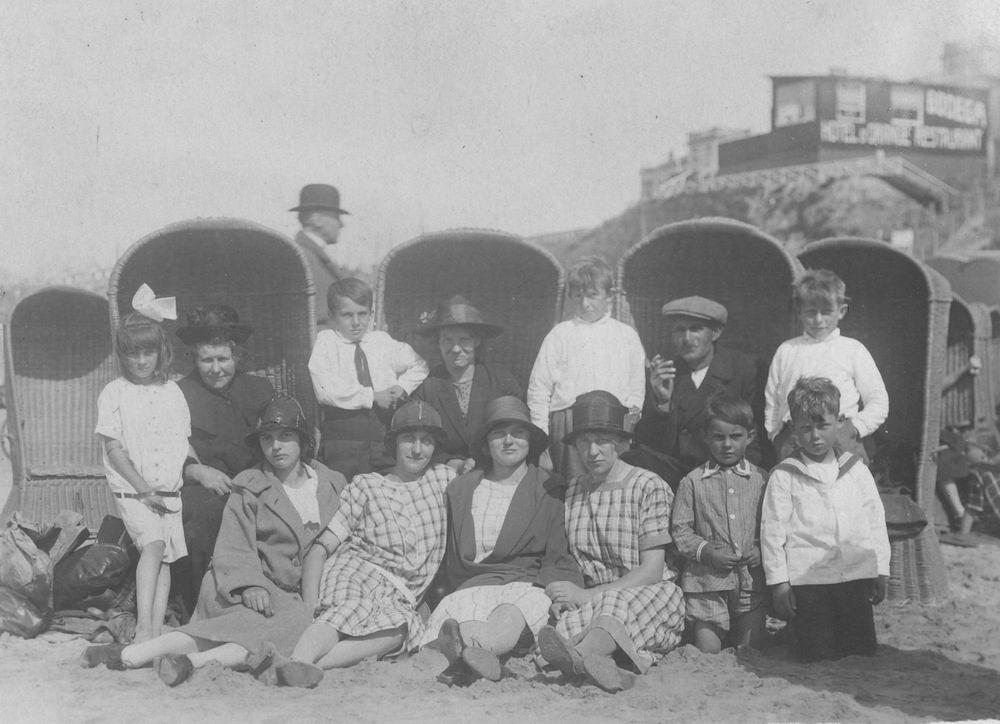 Groef Alida J vd 1907 19__ op Strand met Onbekenden 02