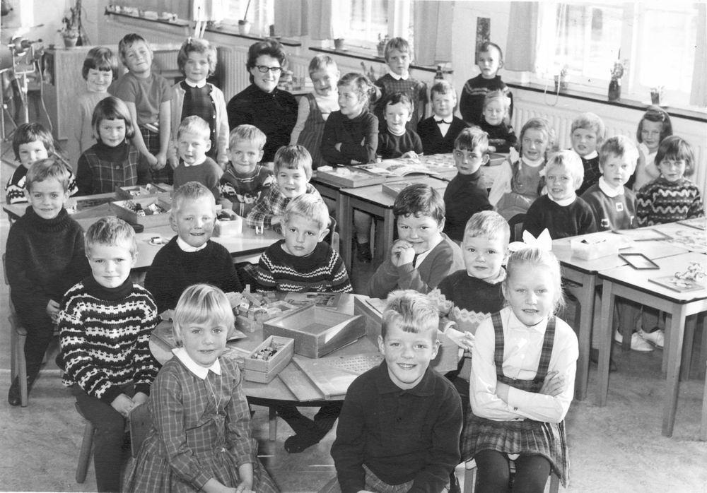 Christelijke Kleuterschool Hoofddorp 196_ Klassefoto met Fred vd Groef 01