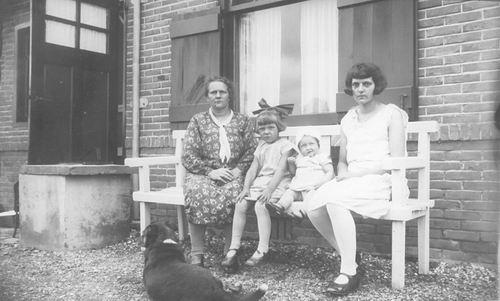Groef-v Groenigen Cornelia vd 1933 met Dochter Han en Kleinkinderen