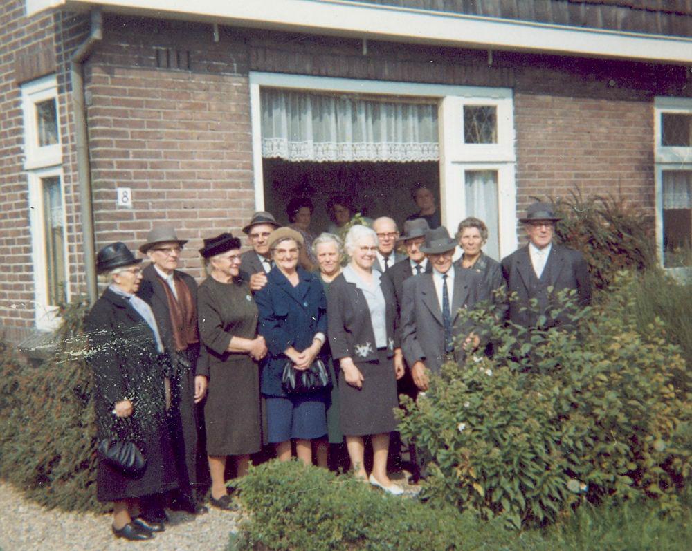 Groef-v Groenigen Cornelia vd 1965 Groep bij Huisnr 8 01