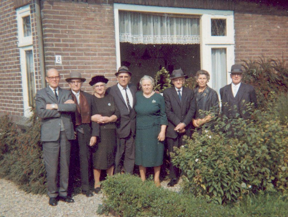 Groef-v Groenigen Cornelia vd 1965 Groep bij Huisnr 8 02