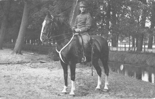 <b>ZOEKPLAATJE:</b>Groef vd Onbekend 19__ Soldaat te Paard in Den Haag 0300