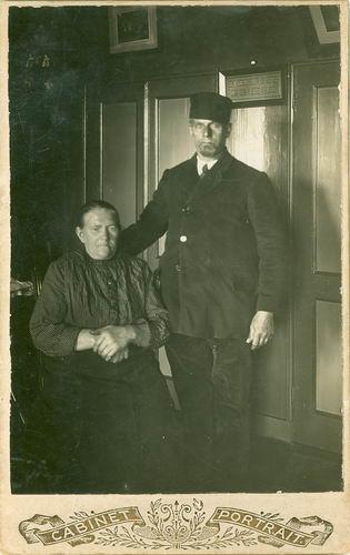 Groenigen Cornelus Jan 1858 19__ bij Fotograaf met Vrouw