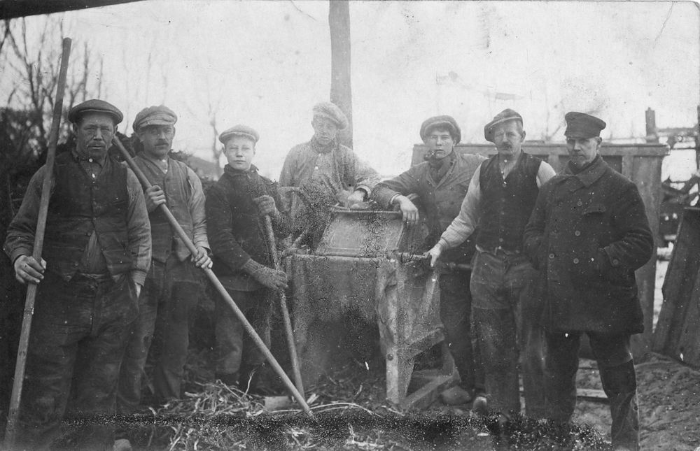 Groenigen Cornelus Jan 1858 19__ met zoon Barend bij Hekeldorsmachine