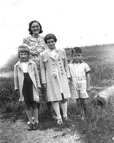 Gulik - de Vos Jannetje M 1906 19__ met Kinderen en Nichtje Nel de Vos