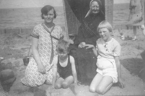 <b>ZOEKPLAATJE:</b>Haagsma Jantina Jacoba 1947 met Onbekenden op Strand