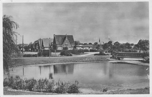 Haeringenplantsoen 1950 met Witte Kruisgebouw