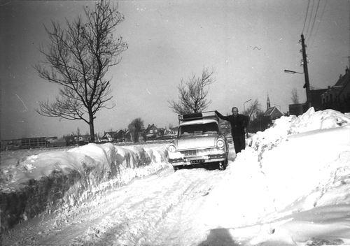 Heijelaan Dr JP 0002 1962-63 met Dhr de Man in de Sneeuw