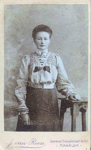 Heuvel Elisabeth Ldr vd 1842 19__ Dochter Adriana Maria Stieva bij Fotograaf
