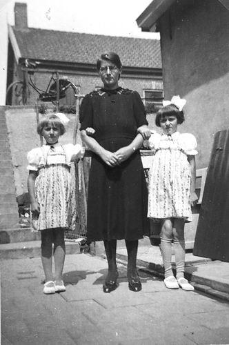 Heuvel-Verzaal Cornelia vd 1910 19__ met kinderen