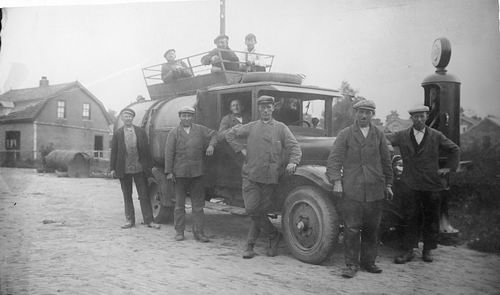 <b>ZOEKPLAATJE:</b>&nbsp;Hmeer Gemeente Reiniging 1930-35 Vuilniswagen met Freek Sauer