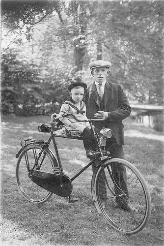 Hodde Hendrik 1928 met zoon Henk op de fiets met Carbidlamp