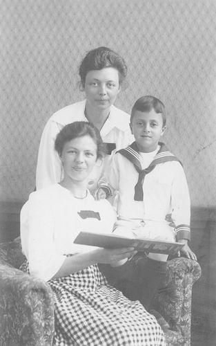 Veen Kornelis Leo van der 1915 1922 met tantes Dien en Anne
